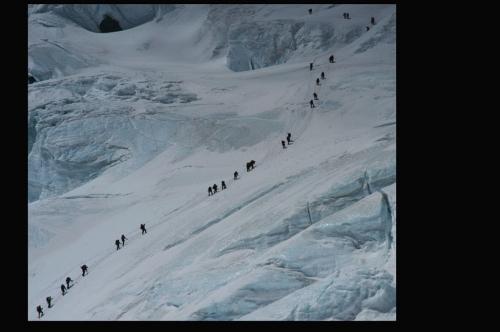 ノースコルを登る登山隊