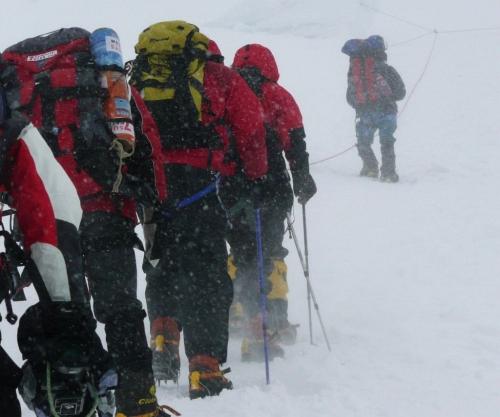 AB吹雪の中の登山